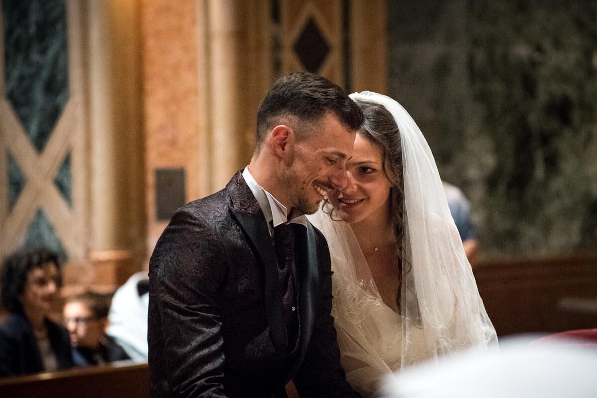 gli sposi si scambiano sguardi e sorrisi durante la celebrazione del matrimonio