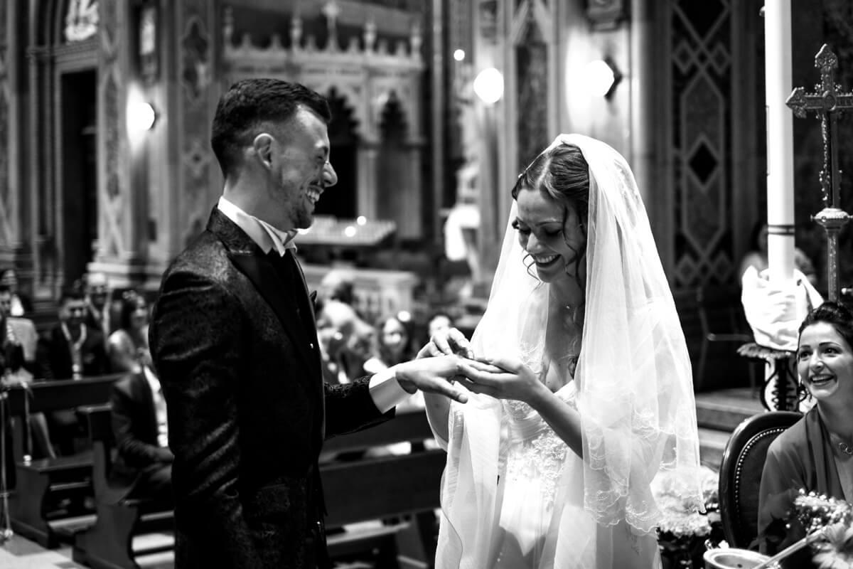 gli sposi al momento dello scambio degli anelli