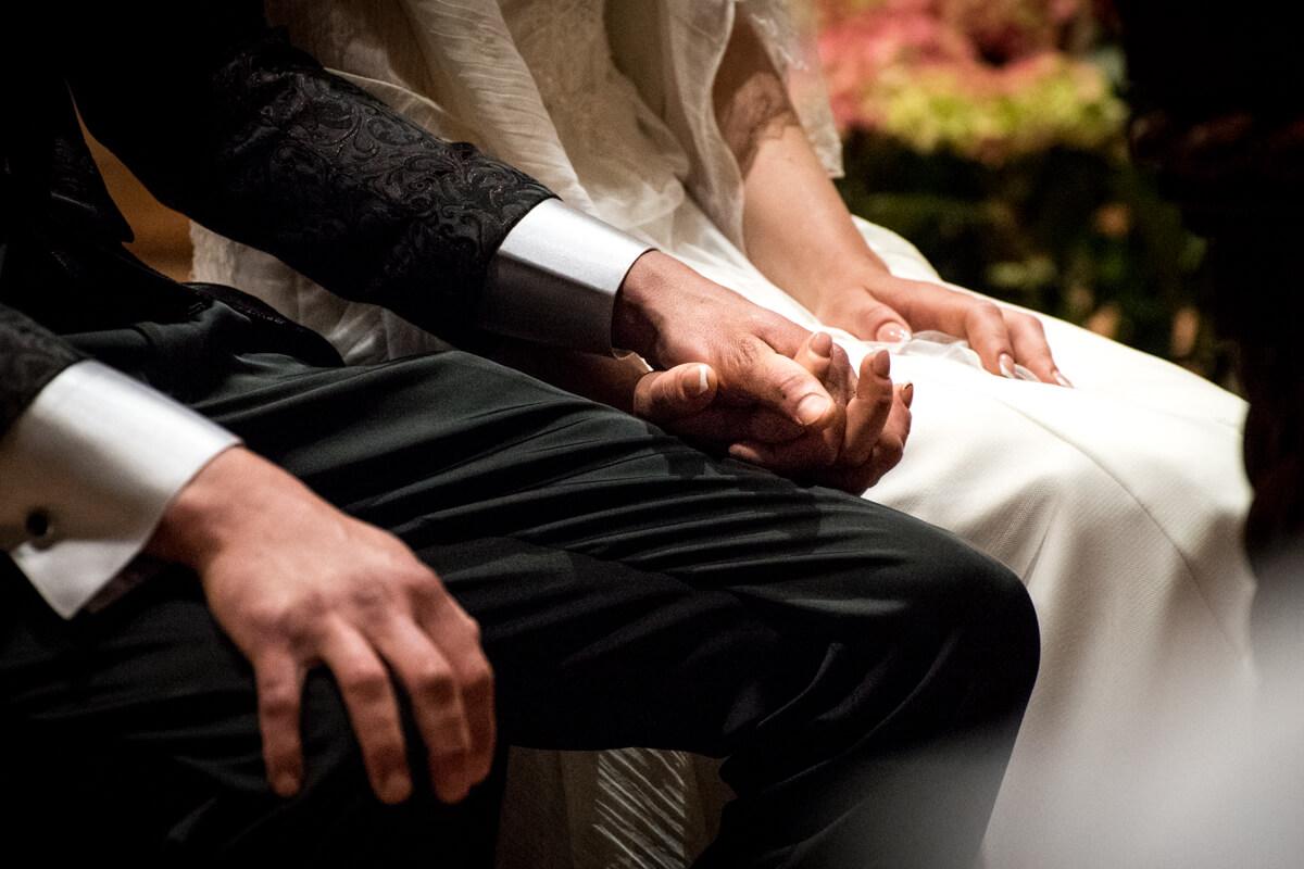 il dettaglio delle mani degli sposi mentre si stringono