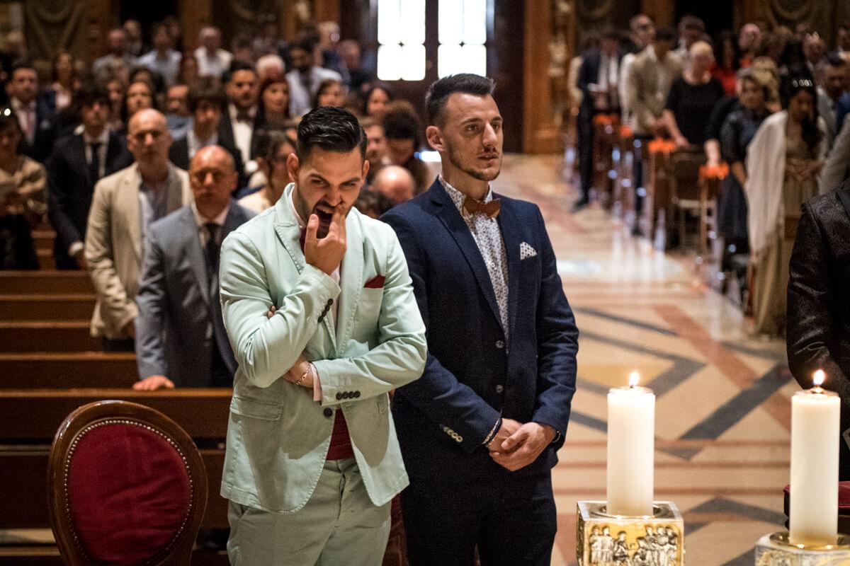 il testimone di nozze durante la celebrazione immortalato mentre sbadiglia