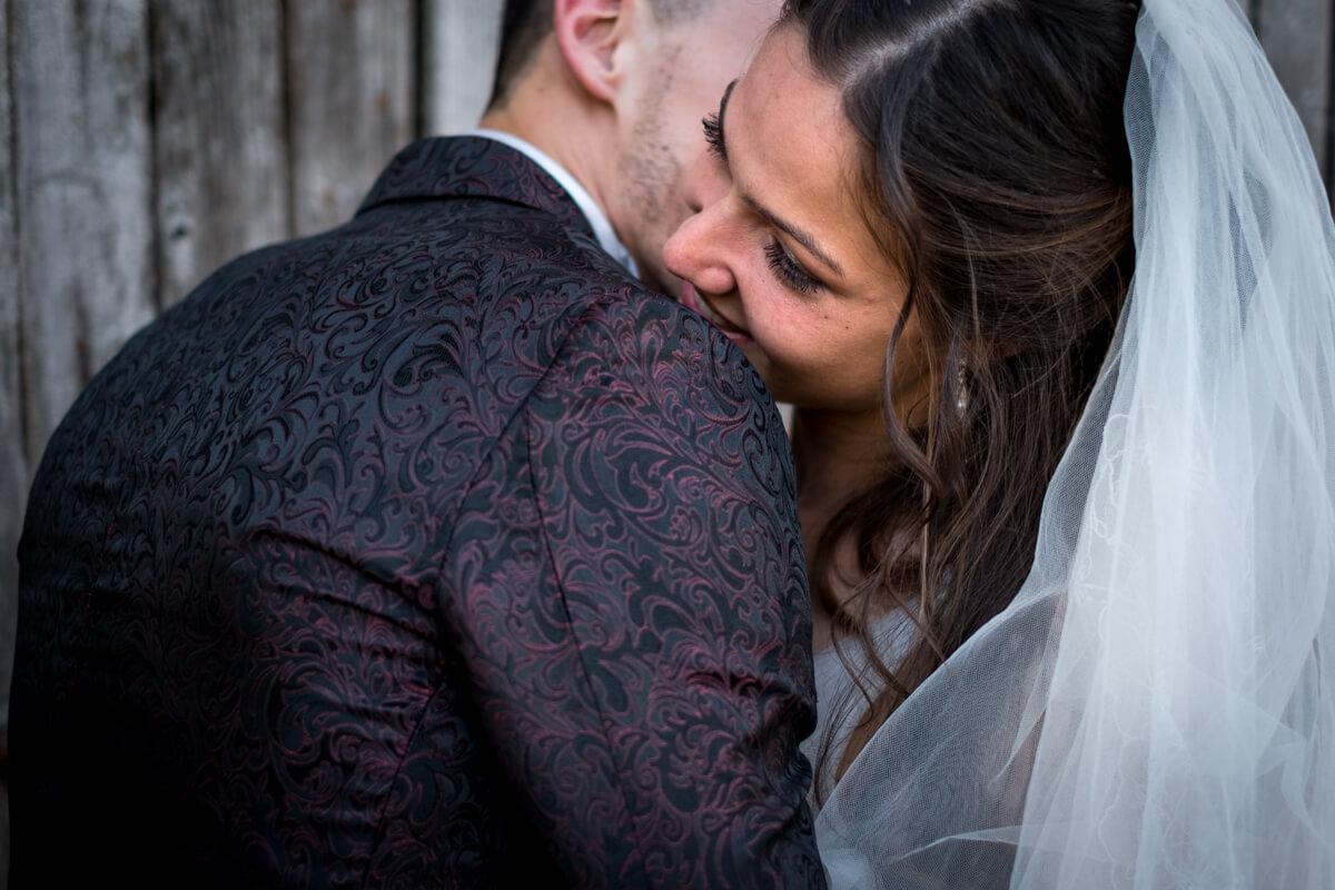 gli sposi mentre si abbracciano e si scambiano un bacio sulla guancia