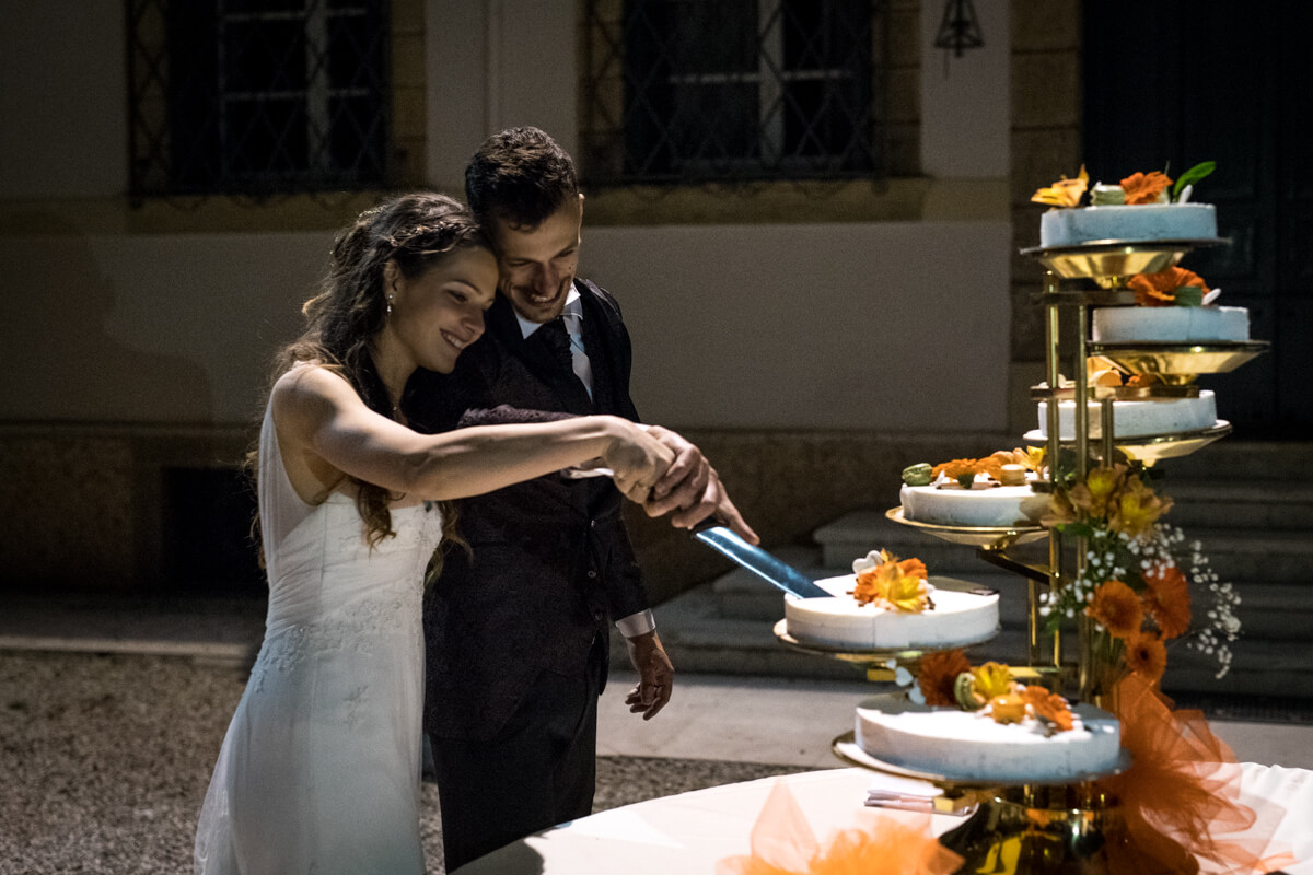 gli sposi al momento del taglio della torta