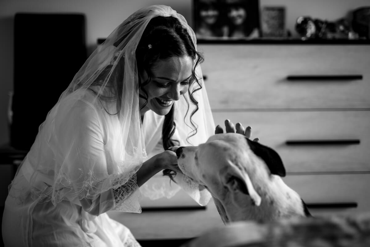 la sposa in un momento di tenerezza con il suo cane