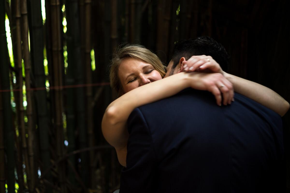 l'abbraccio dei due sposi alla fine della cerimonia in chiesa