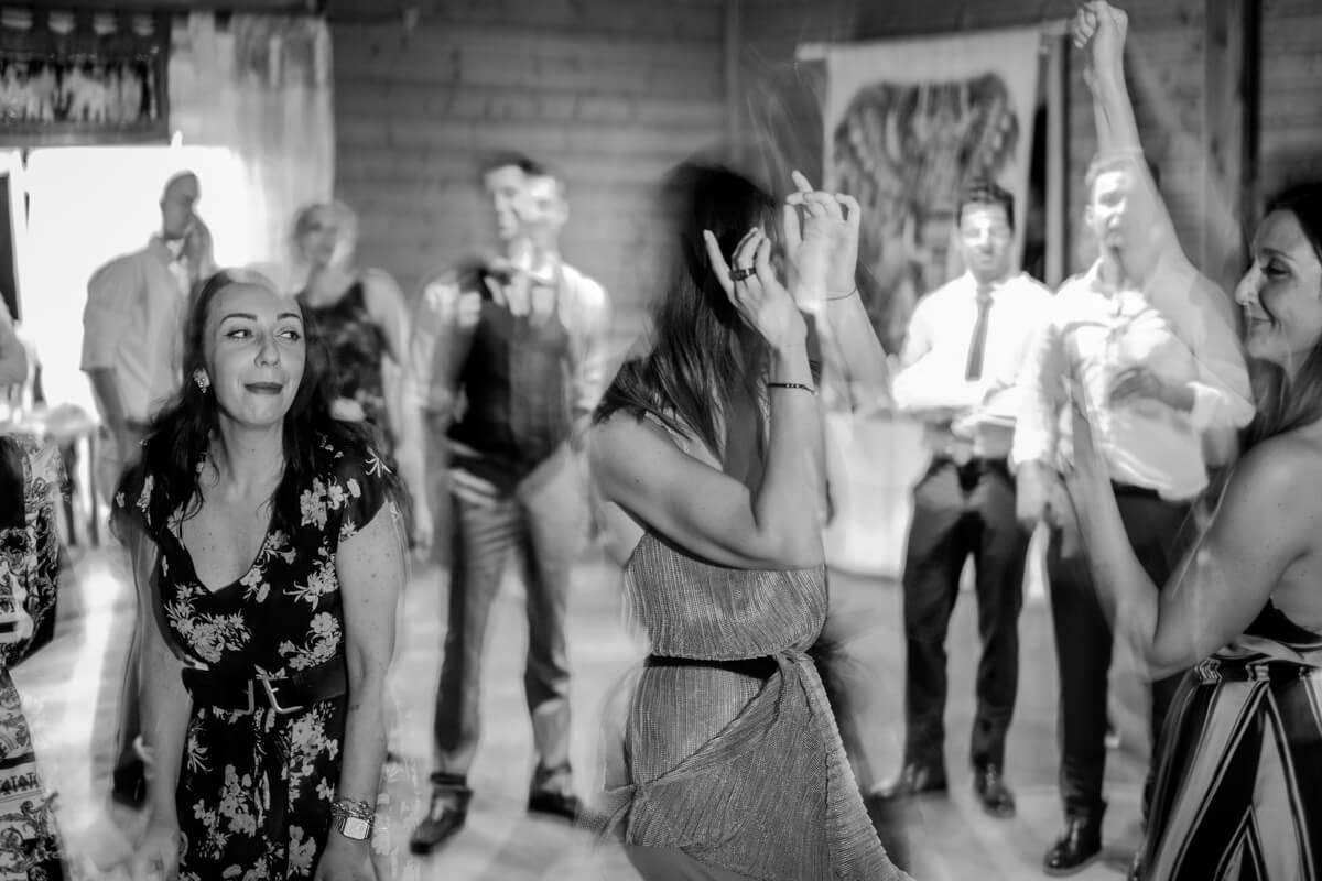invitati matrimonio che ballano