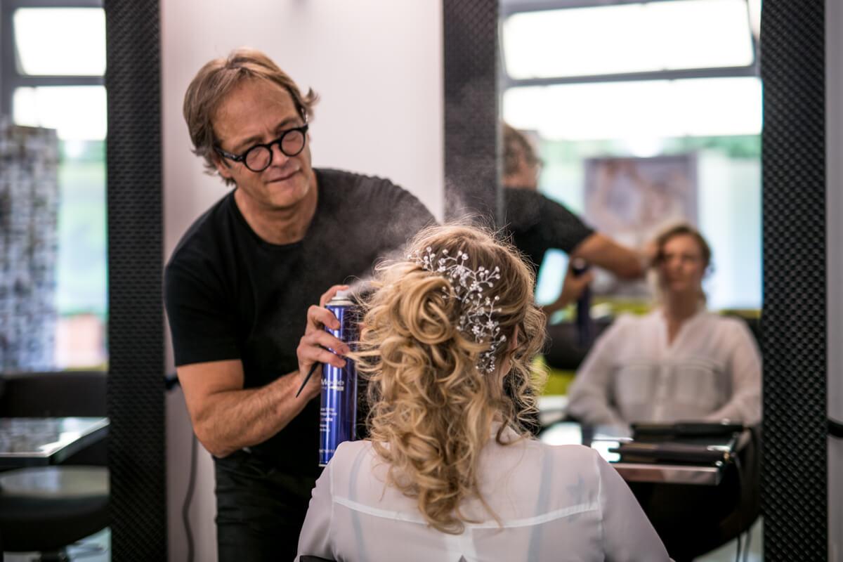 la sposa dal parrucchiere mentre si acconcia i capelli per il matrimonio