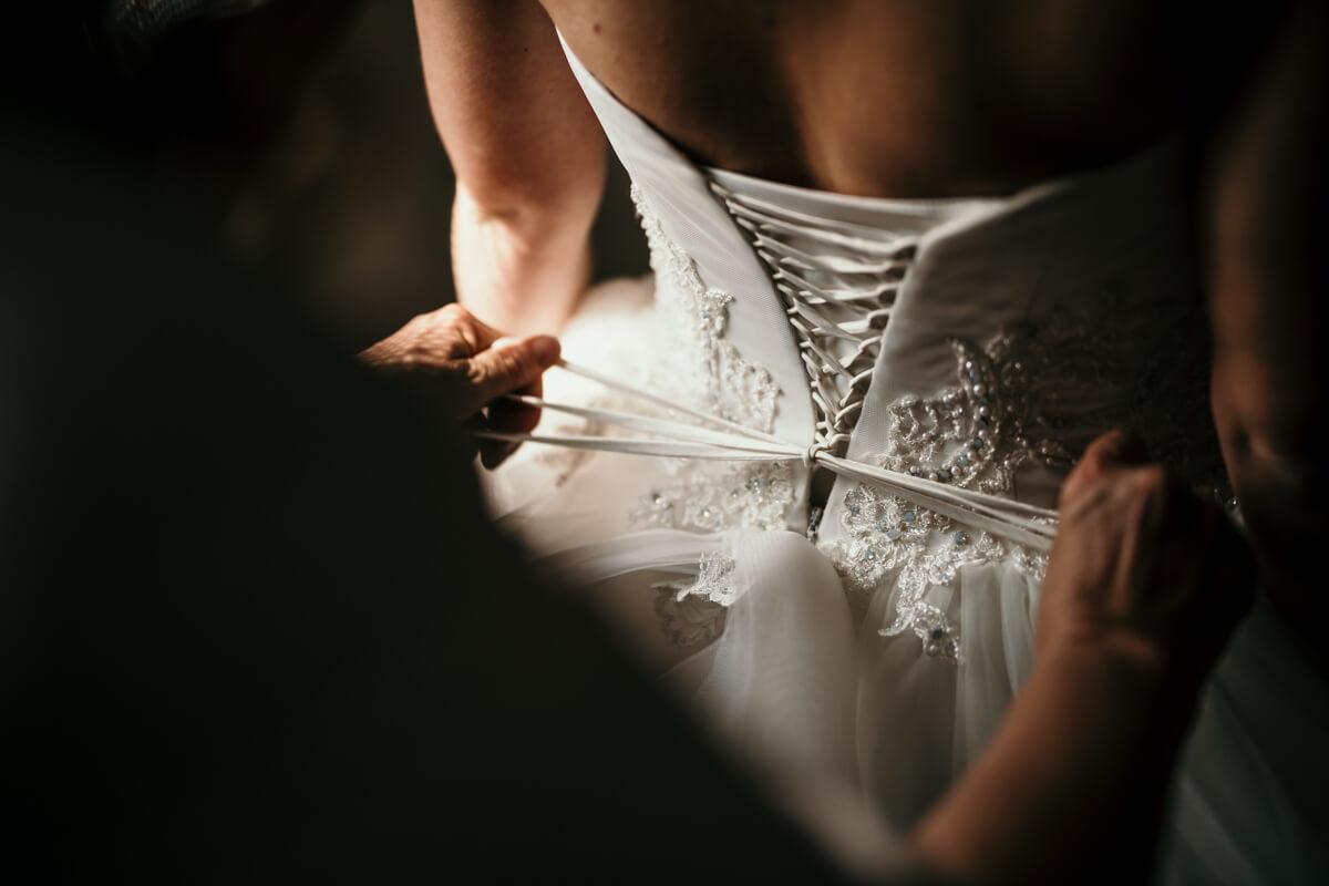 un dettaglio del corsetto e dei nati dell'abito da sposa