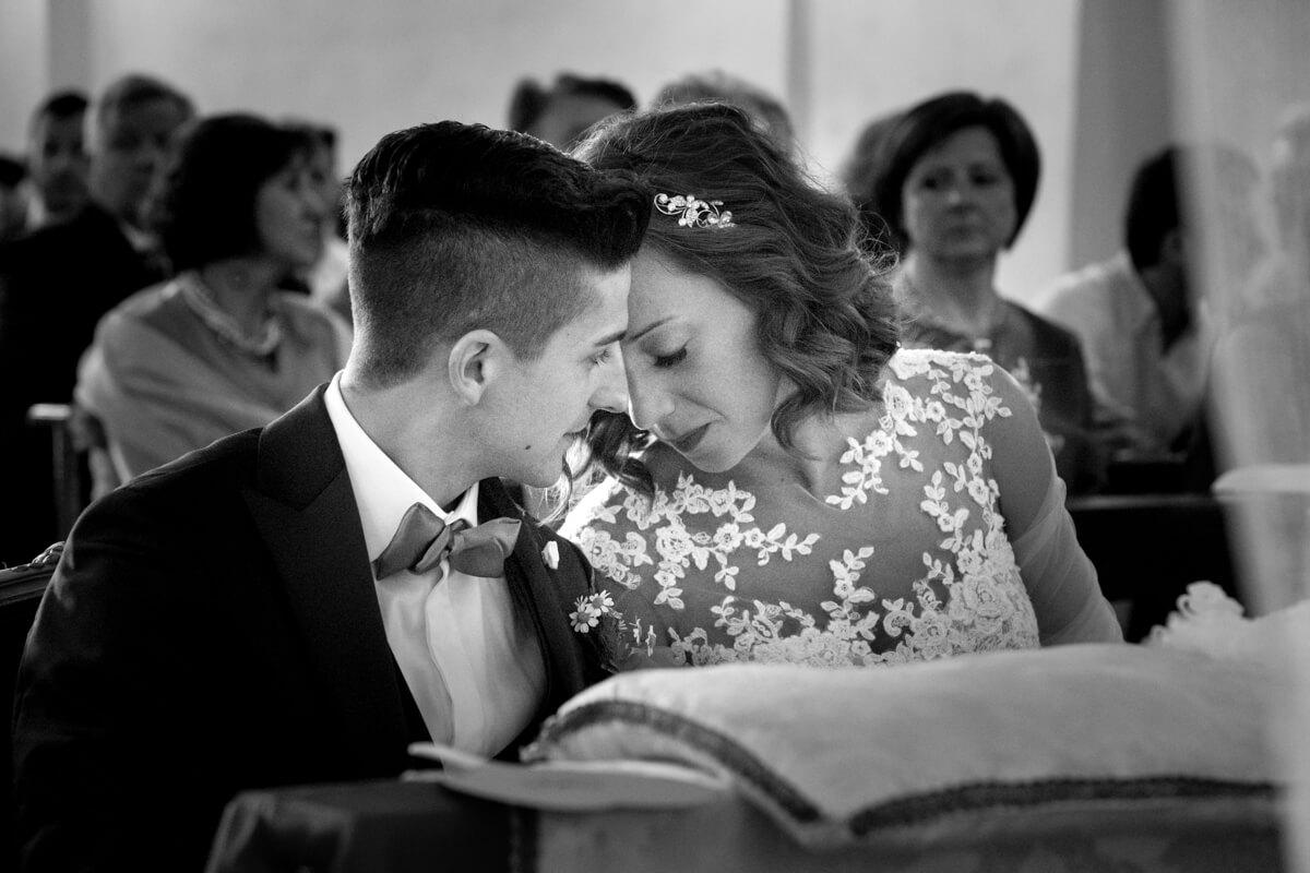 lo sposo e la sposa all'altare mentre si scambiano dolci sguardi
