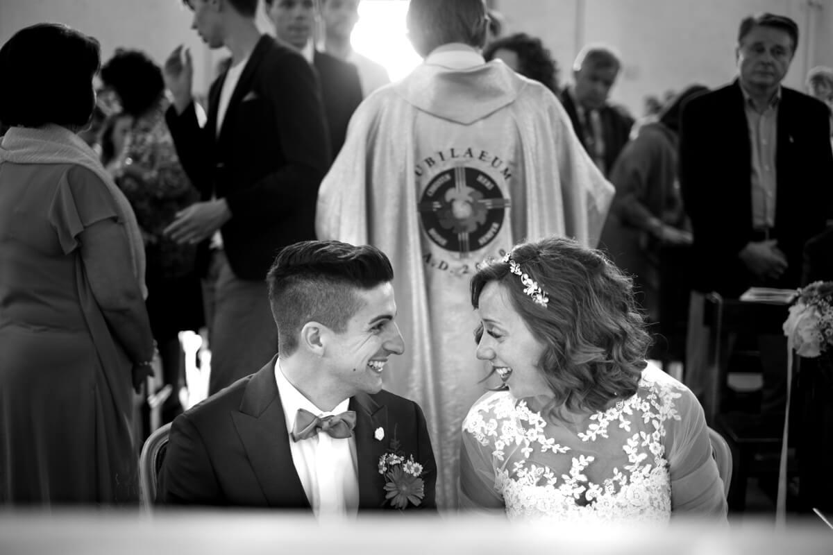 gli sposi si scambiano sguardi di gioia