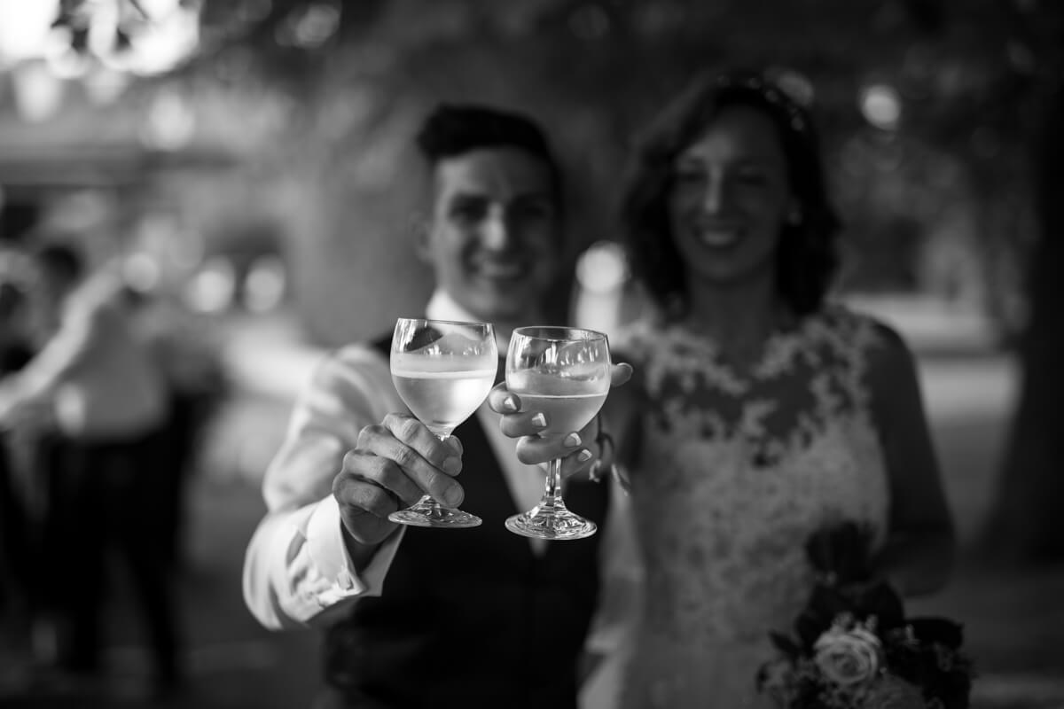 sposi che brindano