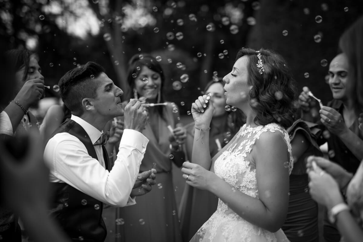 sposi giocano con le bolle di sapone