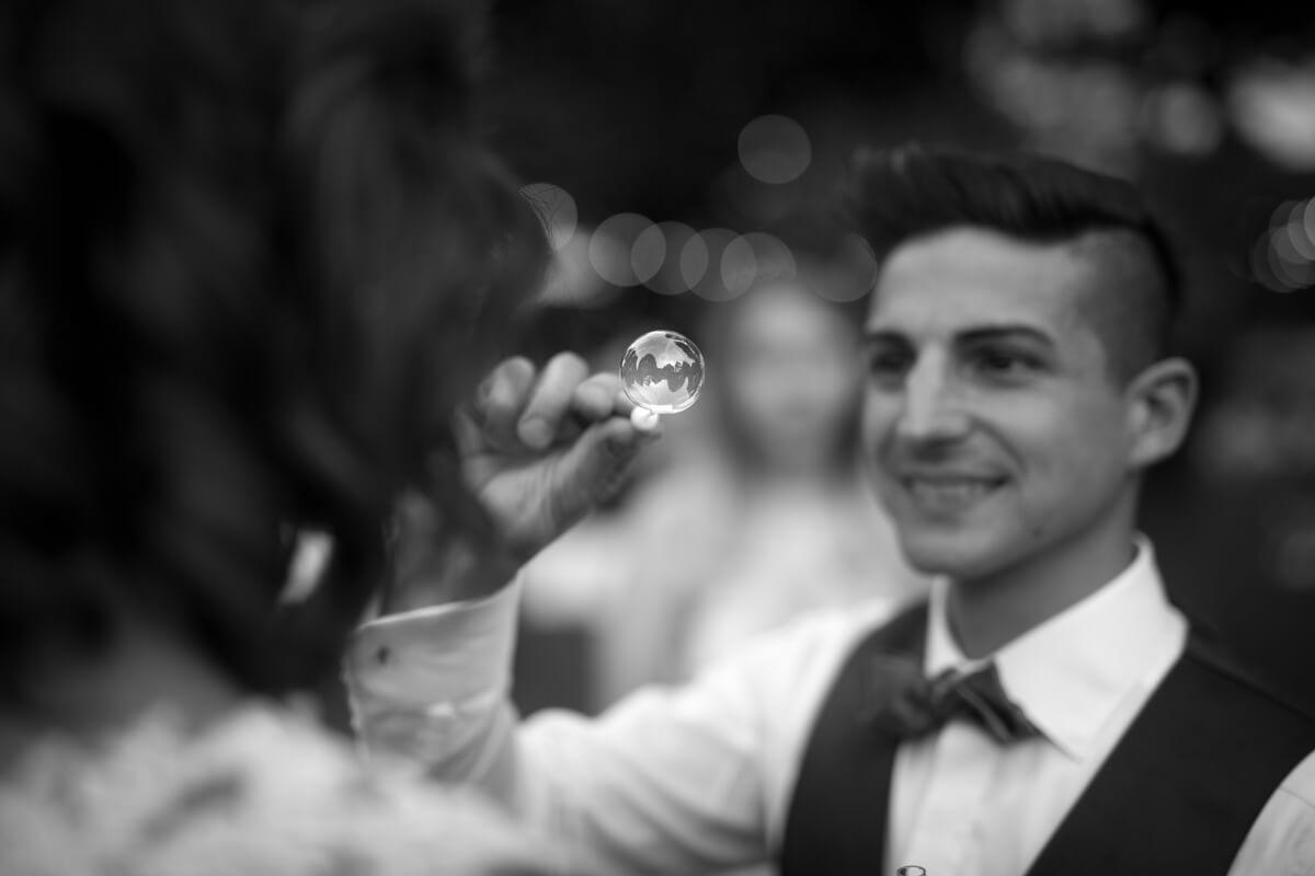 un dettaglio della bolla di sapone dello sposo