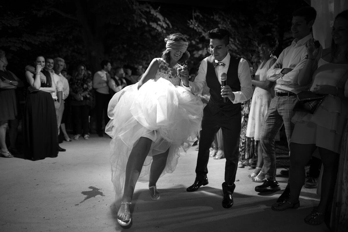 la sposa bendata gioca insieme allo sposo e agli invitati