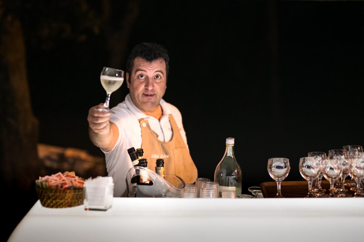 il cameriere mentre offre un calice di vino al ricevimento