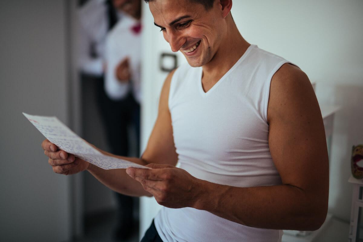 lo sposo legge divertito la lettera d'amore scritta dalla sposa