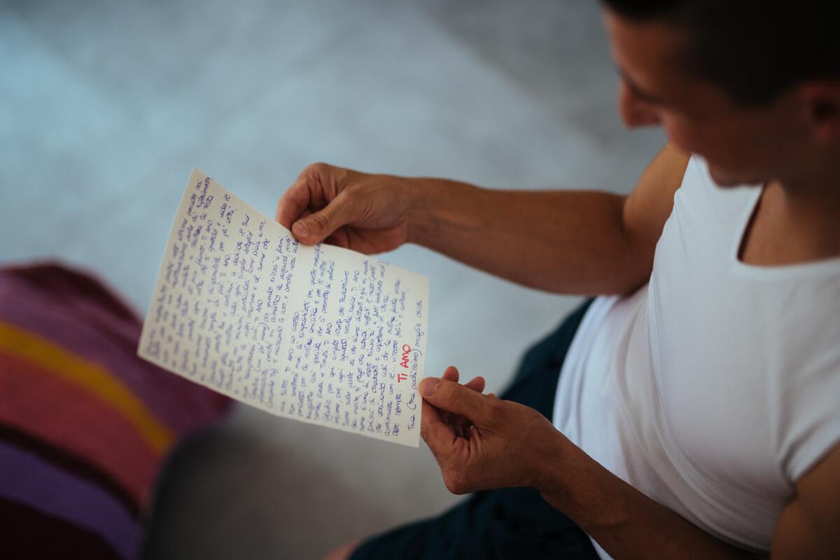 lo sposo legge commosso una lettera d'amore scritta dalla sposa