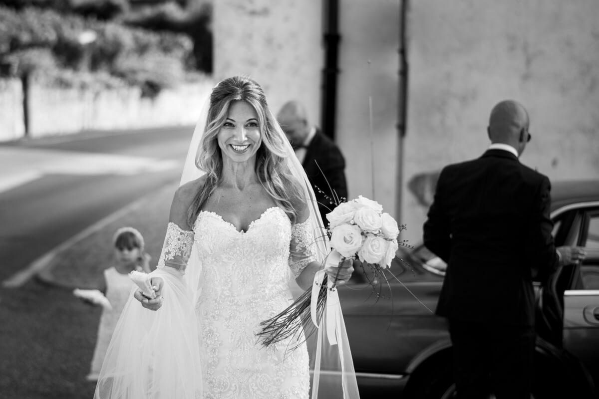 la sposa sorridente con il bouquet in mano