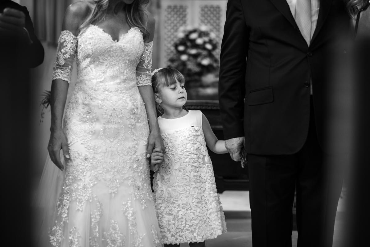 la sposa tiene insieme allo sposo in mano la bambina damigella