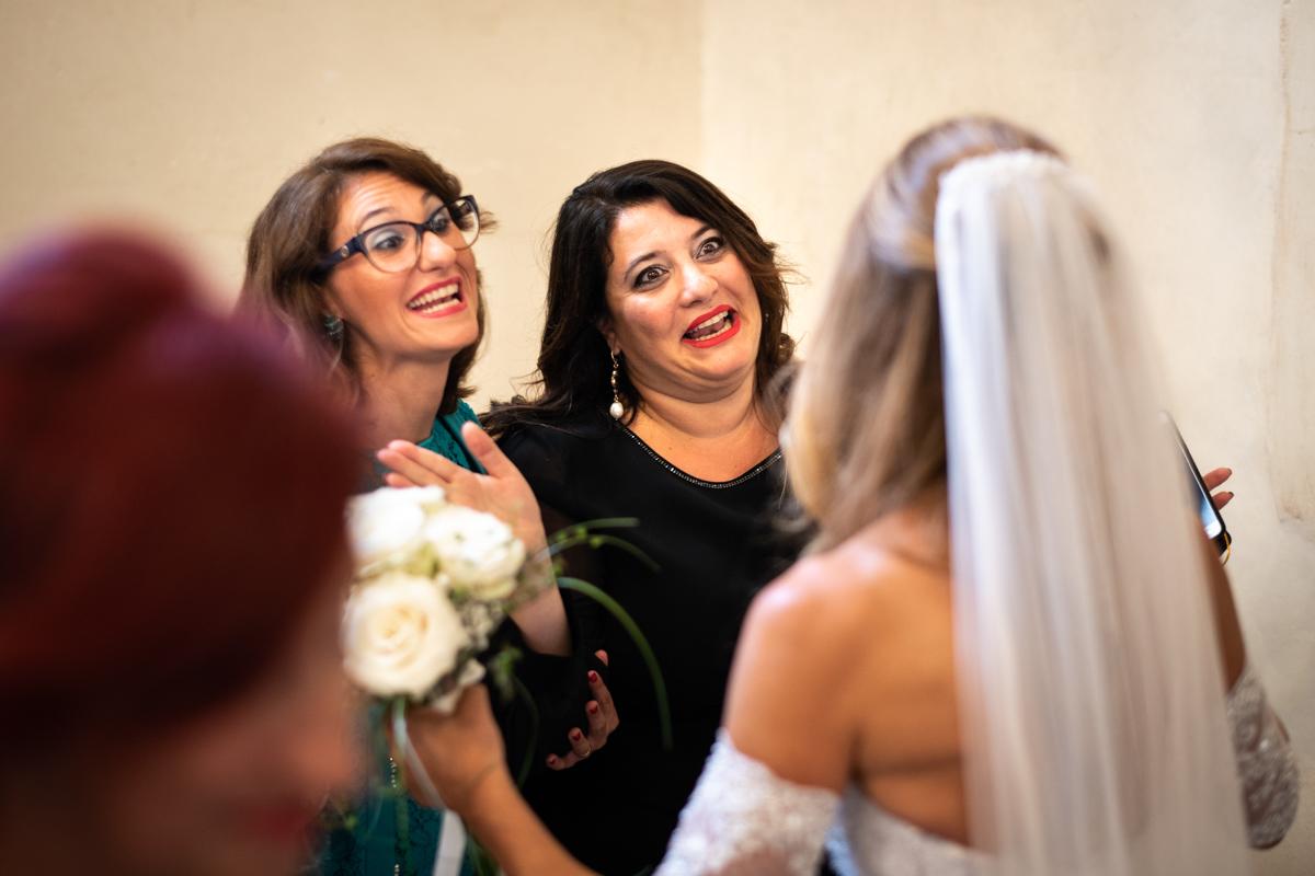 la sposa dopo la cerimonia saluta le amiche emozionate