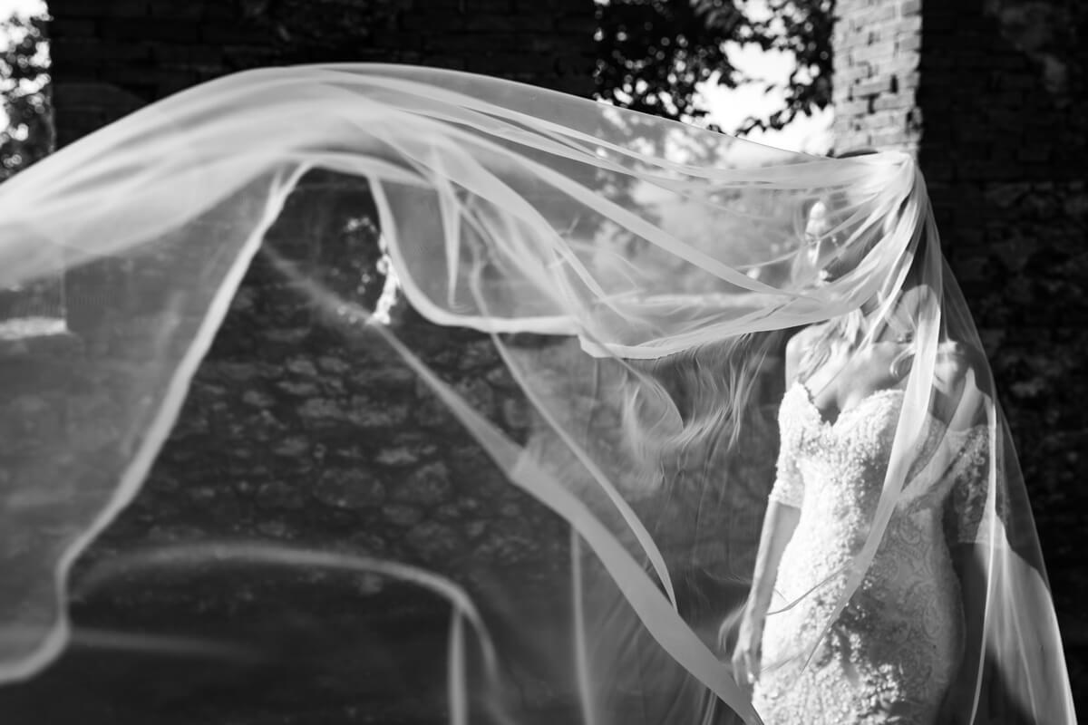 la sposa nascosta dal velo alzato dal vento