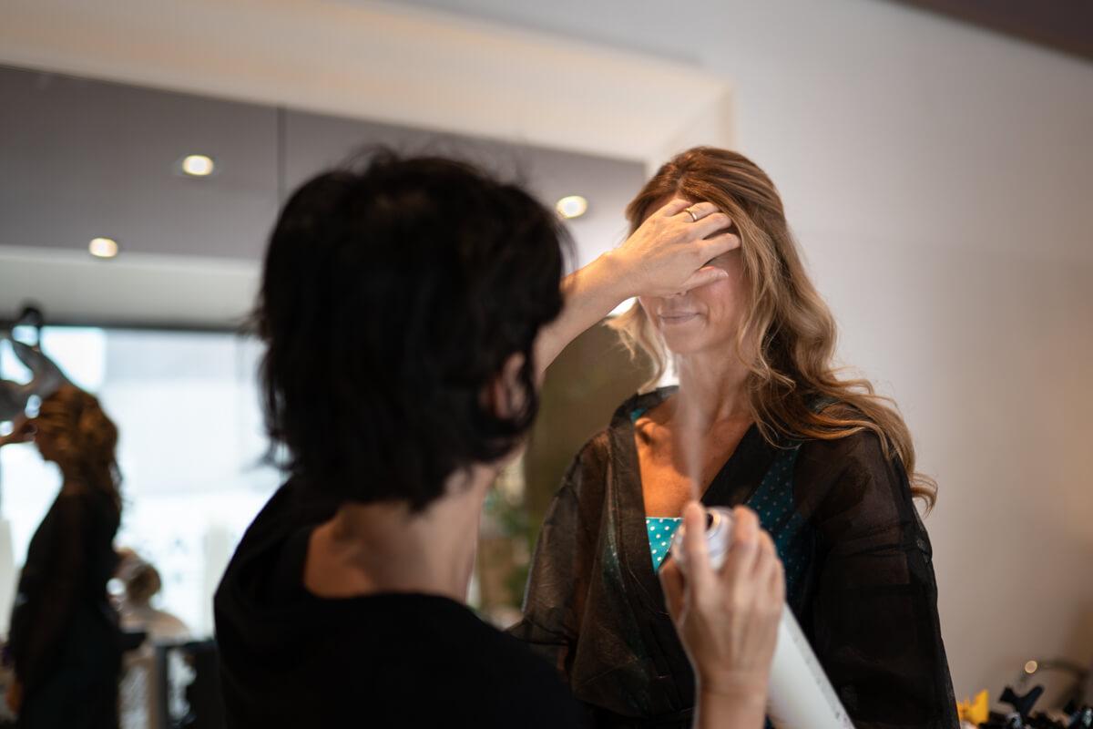 la sposa dalla parrucchiera per l'acconciatura del matrimonio