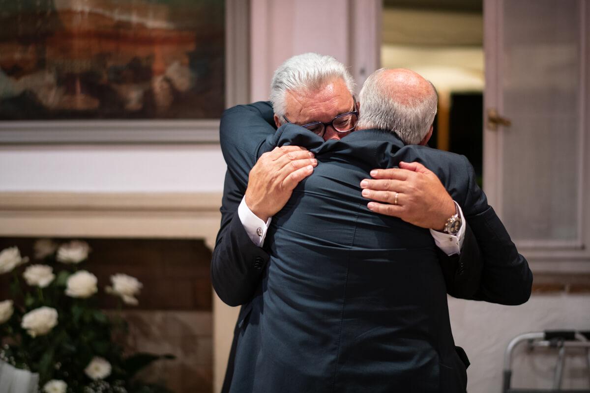 lo sposo abbraccia commosso alla fine della cerimonia il testimone