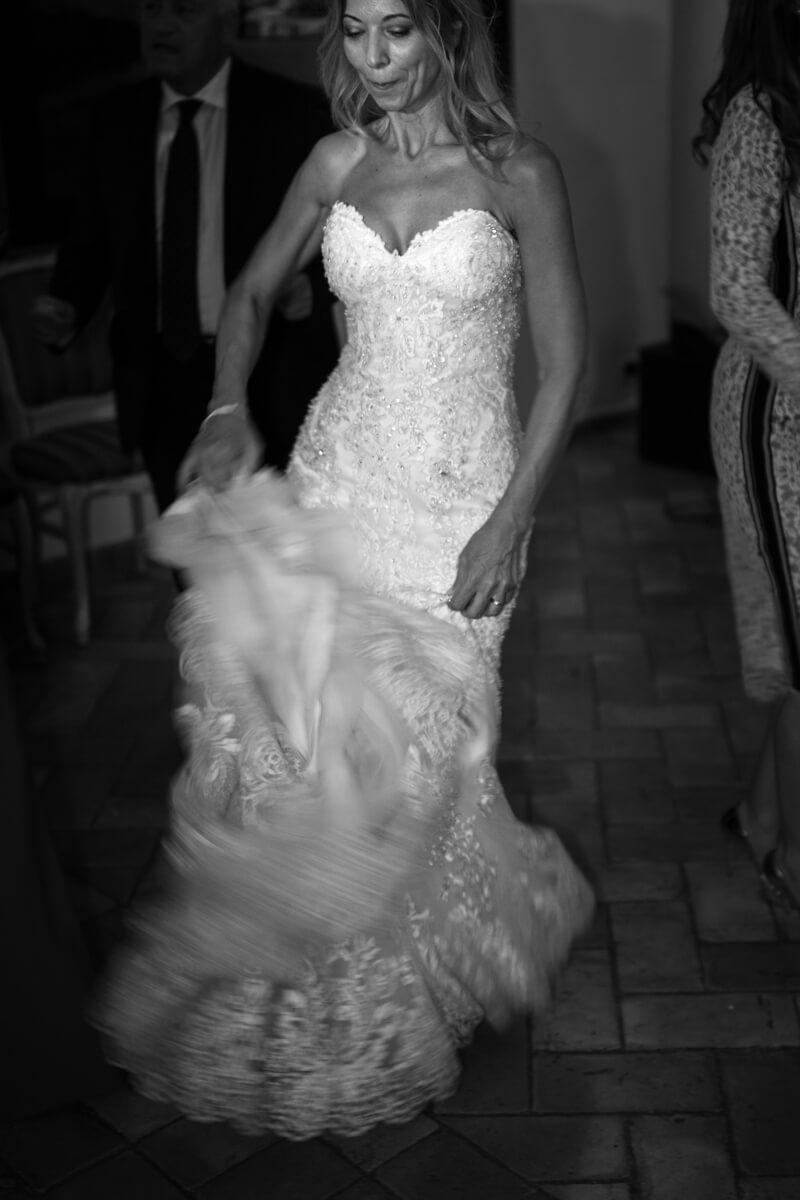 la sposa gioca con l'abito mentre balla