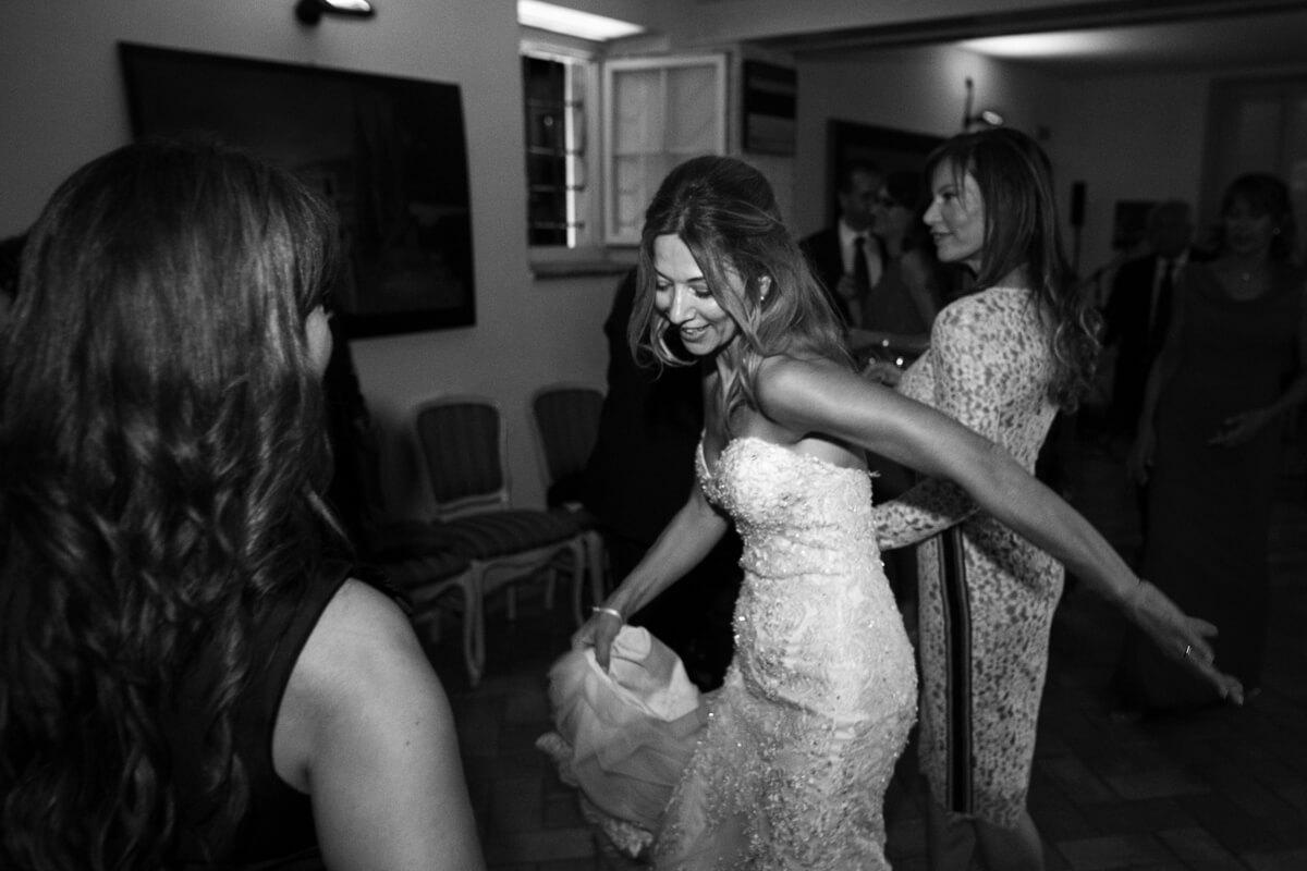 la sposa balla insieme alle amiche