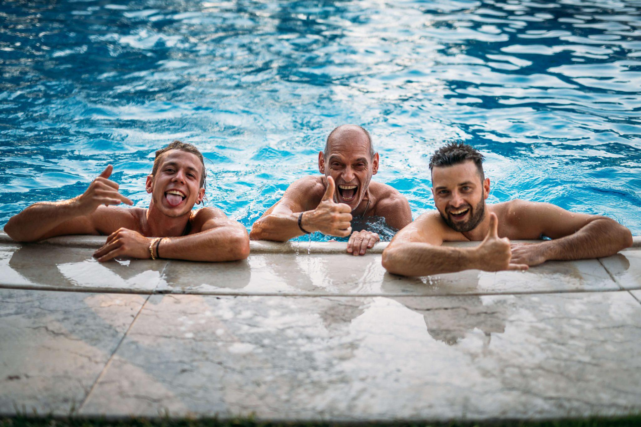alcuni invitati fanno il bagno in piscina al ricevimento