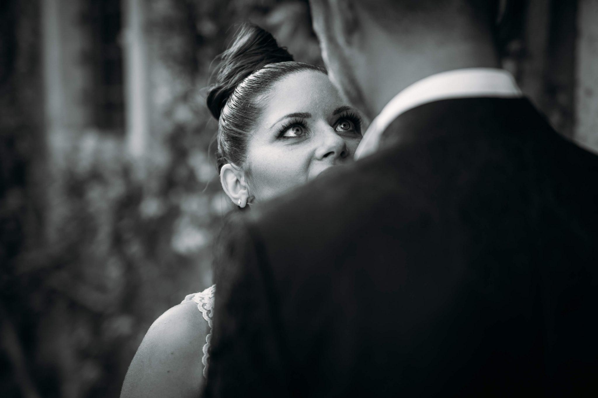 la sposa mentre guarda lo sposo