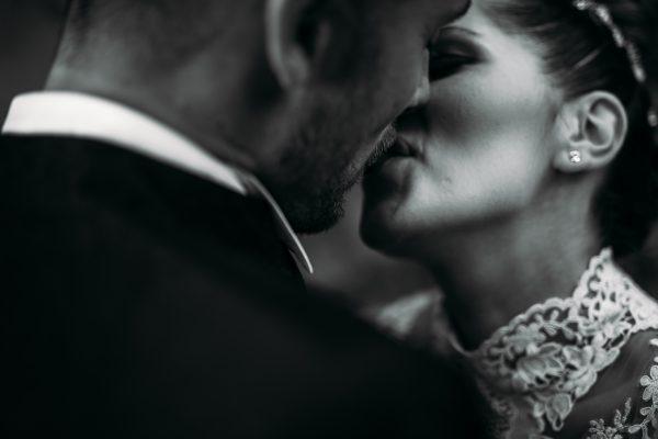un dettaglio del bacio tra gli sposi