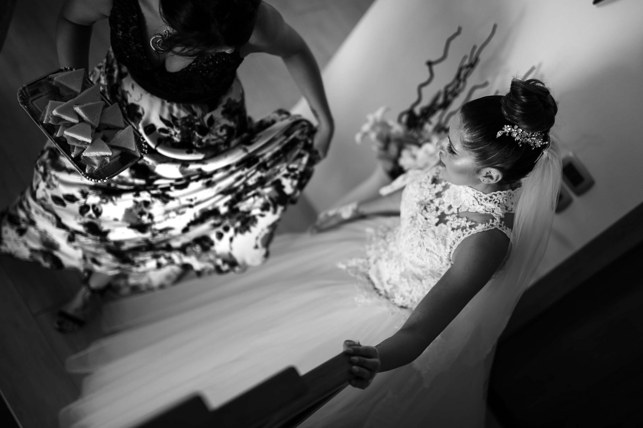 la sposa mentre scende le scale per andare alla cerimonia