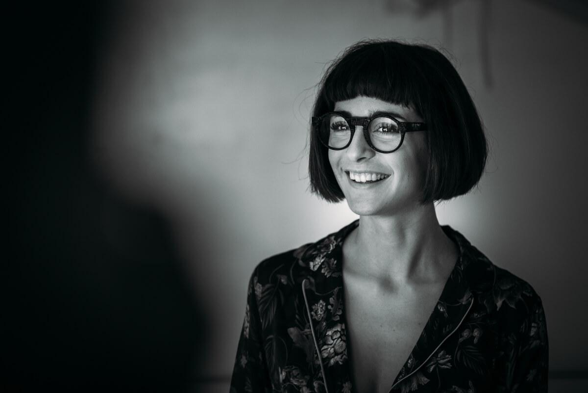 ragazza sorridente con gli occhiali