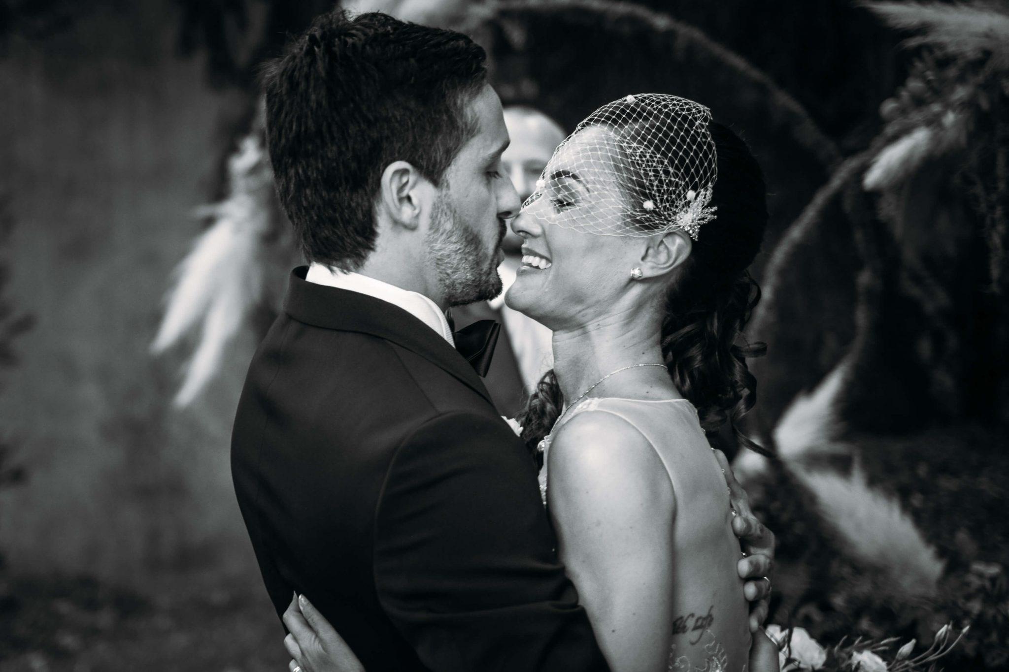 gli sposi si abbracciano e si scambiano dolci sguardi e sorrisi