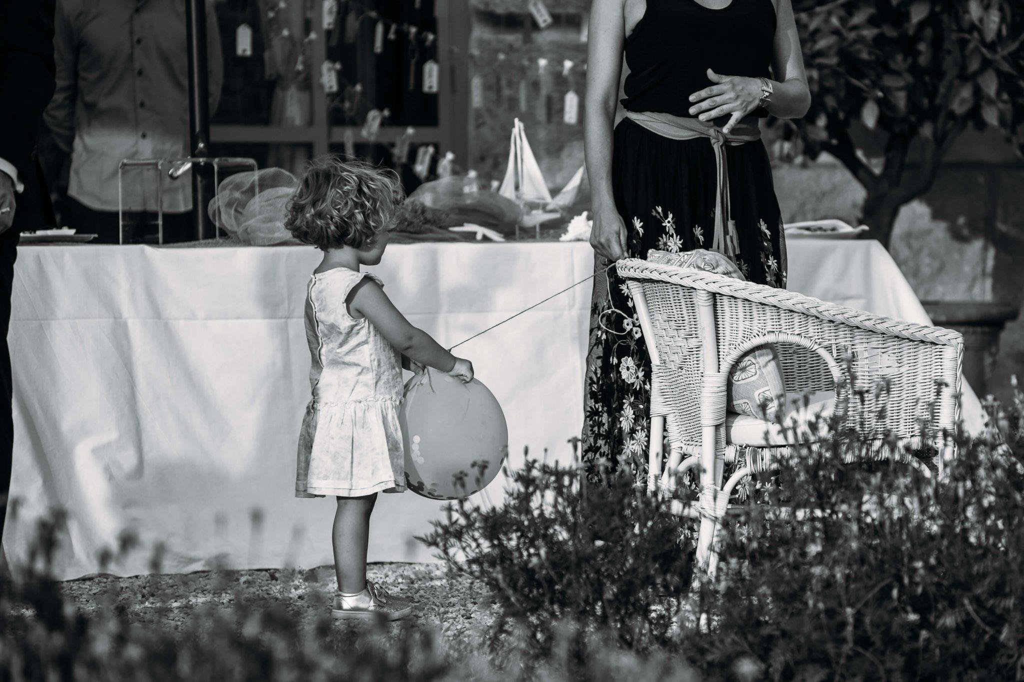 bambina al matrimonio con palloncino