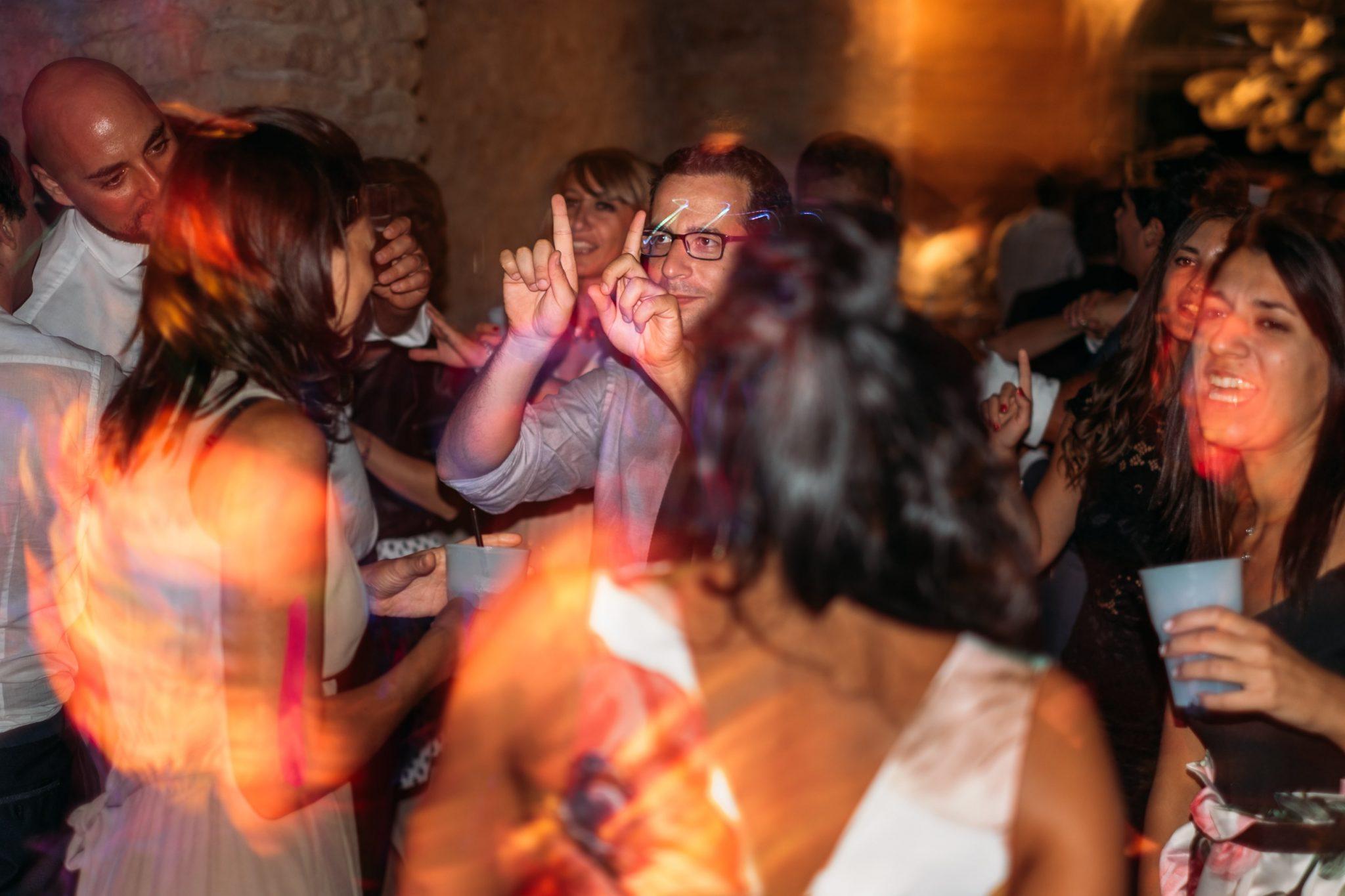 gli invitati ballano alla festa notturna del matrimonio