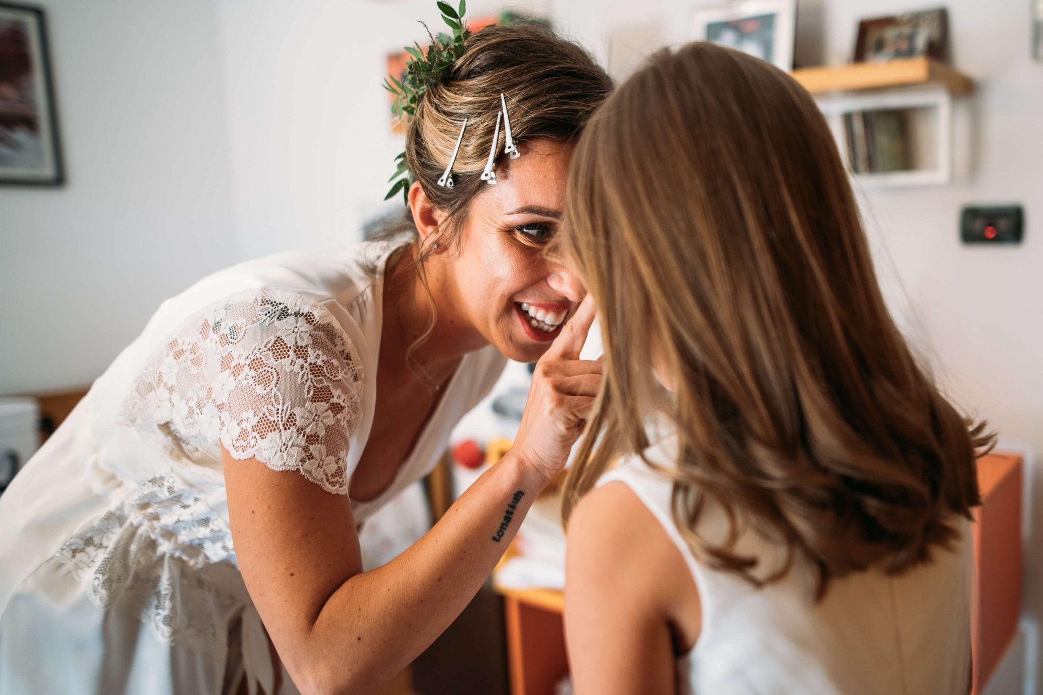 la sposa sorride dolcemente alla piccola damigella