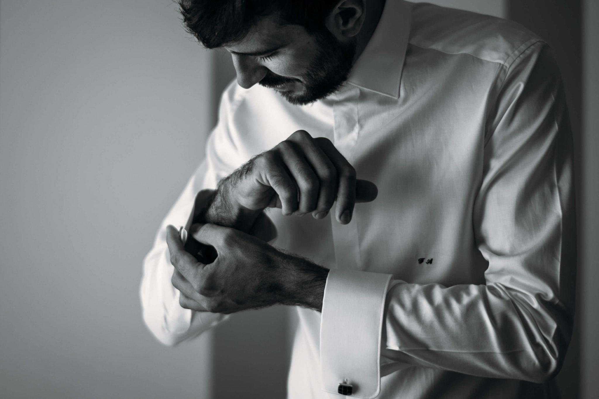 lo sposo si allaccia i polsini della camicia