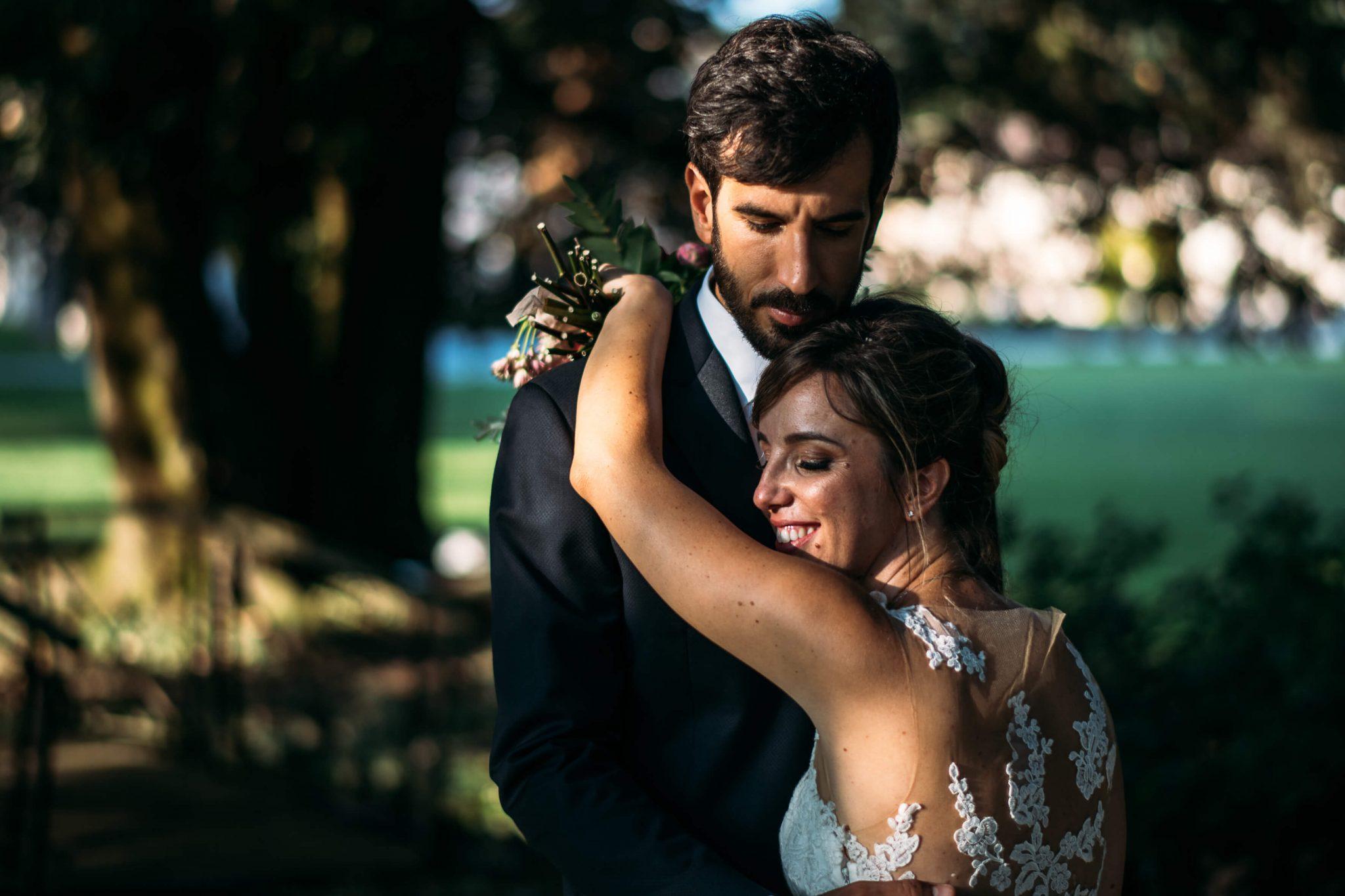la sposa abbraccia lo sposo nel giardino