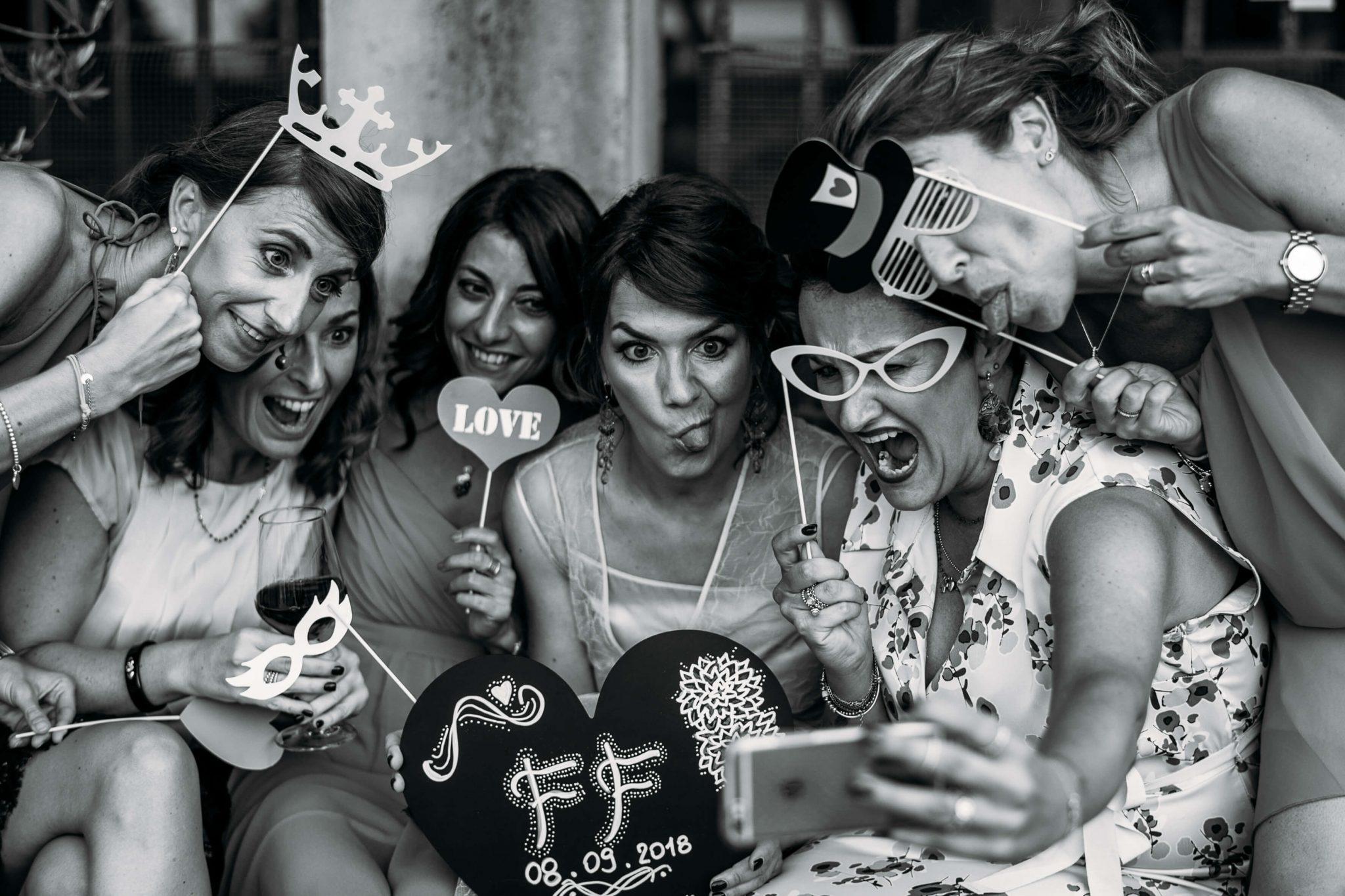 le amiche della sposa si scattano un selfie divertite