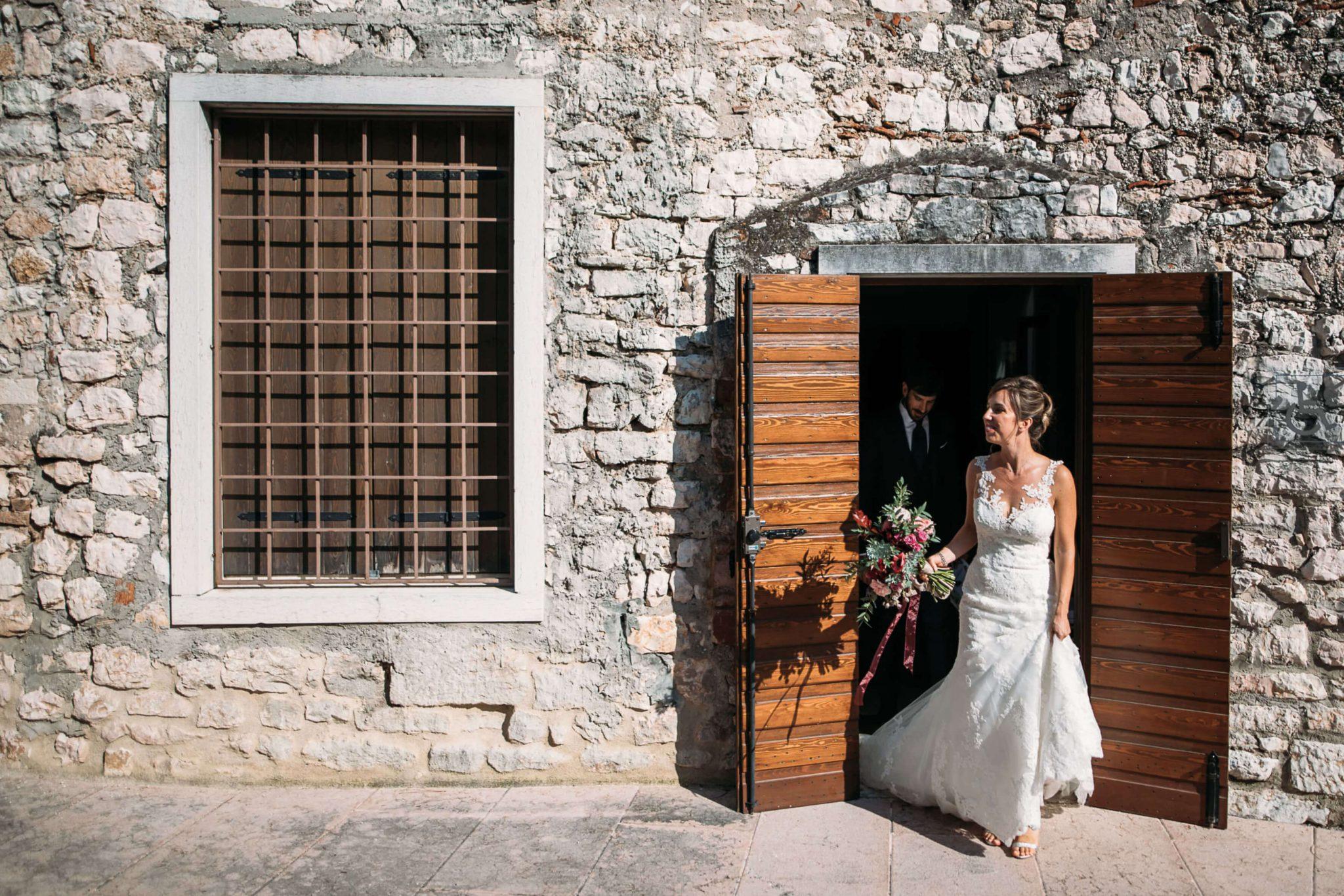 la sposa esce di casa seguita dallo sposo