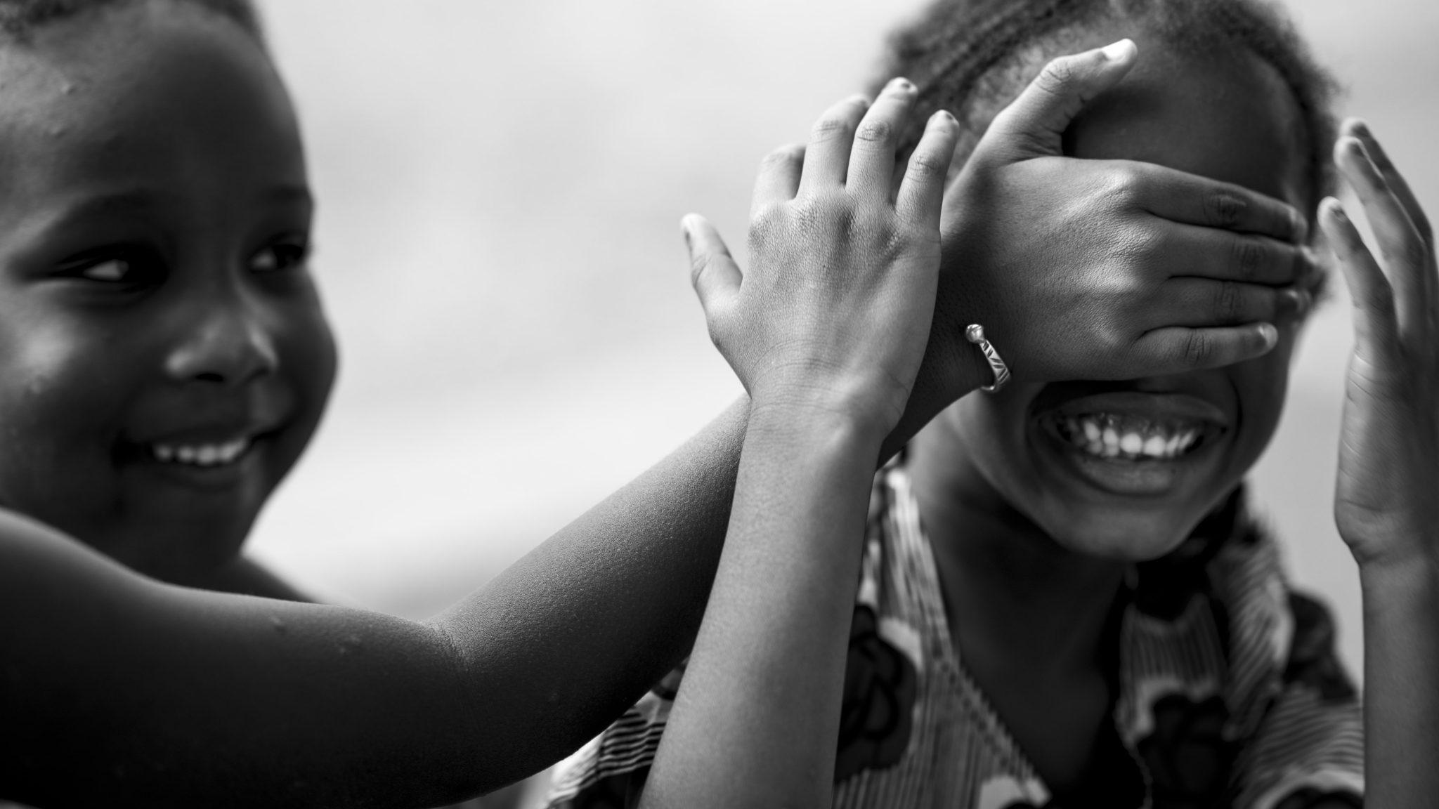 due bambini giocano divertiti