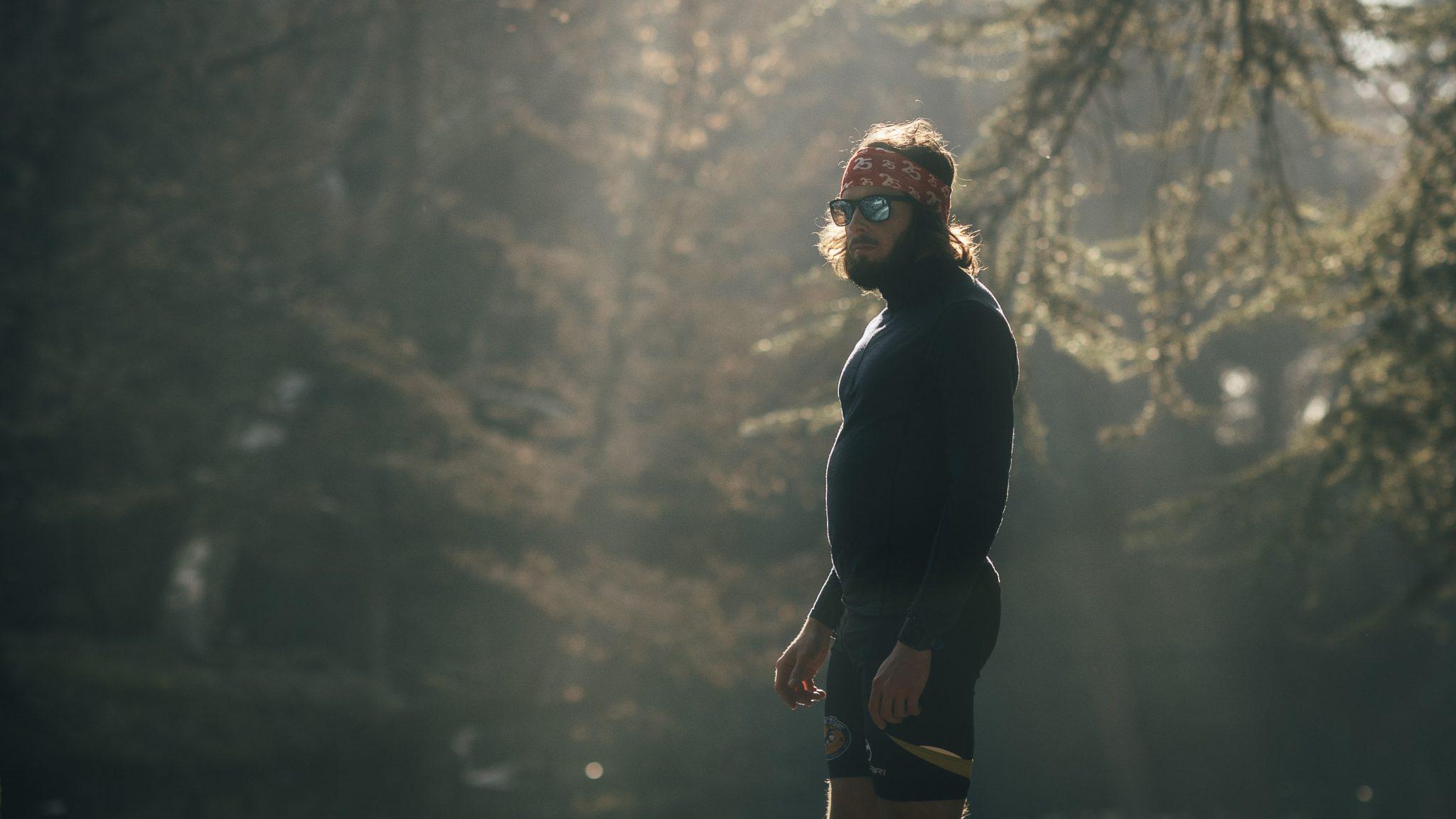 il corridore mentre si riposa dalla corsa nella foresta