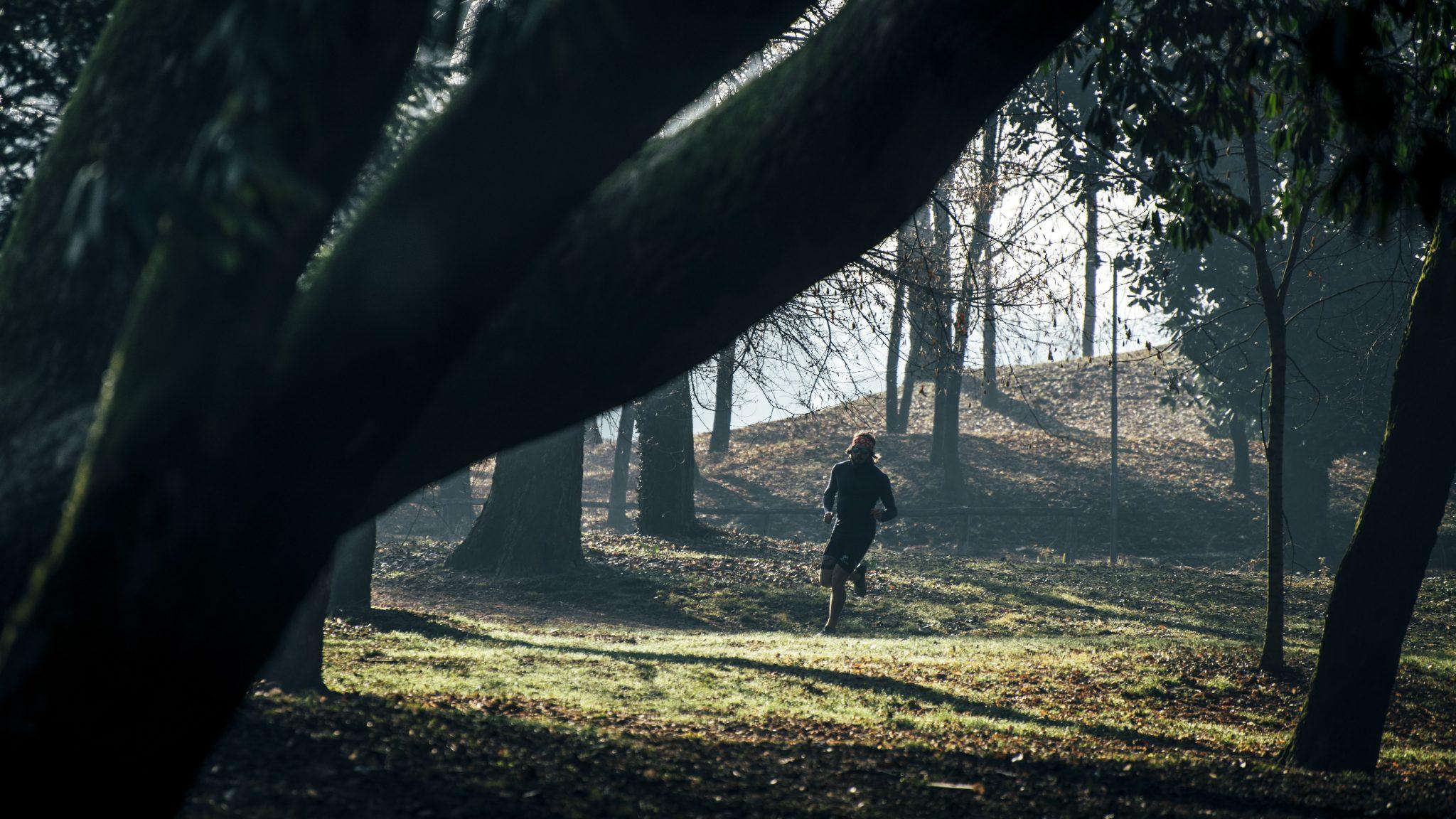 il corridore famoso mentre si allena correndo nel parco
