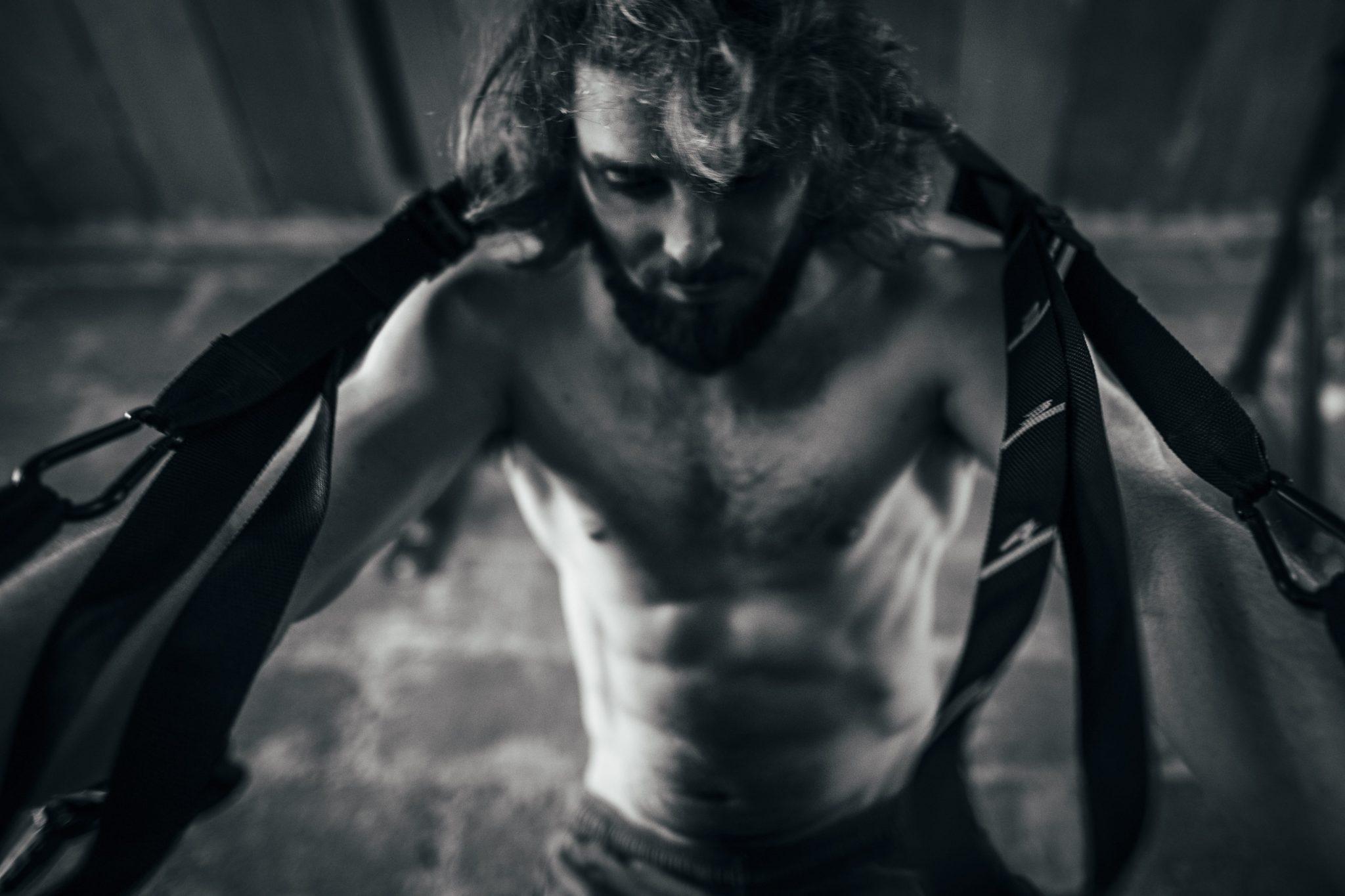 il corridore allena gli addominali e le spalle con gli elastici