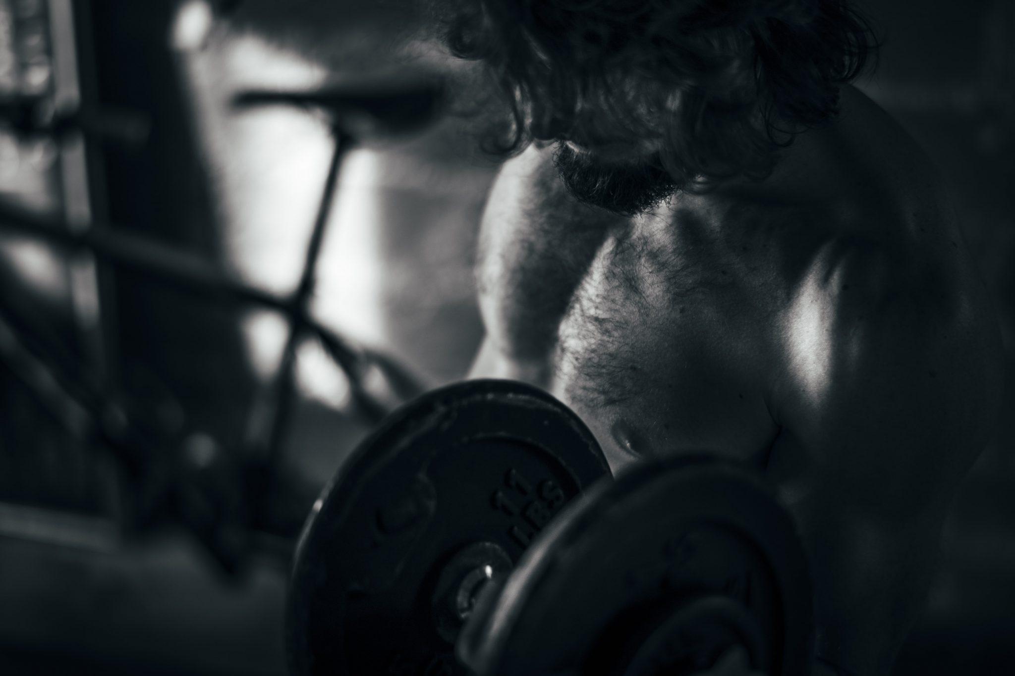 il runner famoso mentre si allena con i pesi