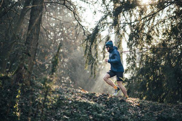 il corridore famoso mentre si allena correndo