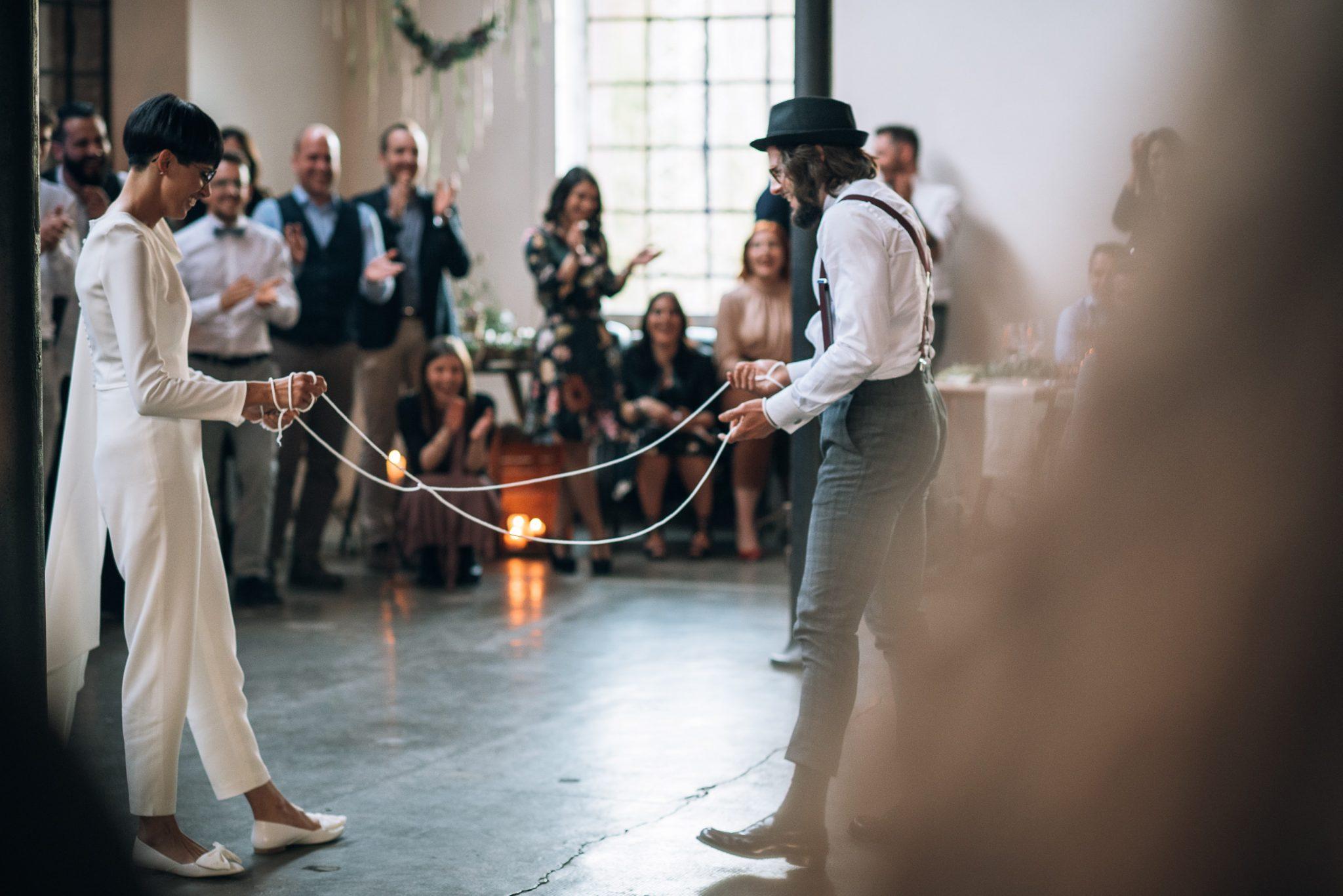 gli sposi giocano alle tradizioni guardati dagli invitati