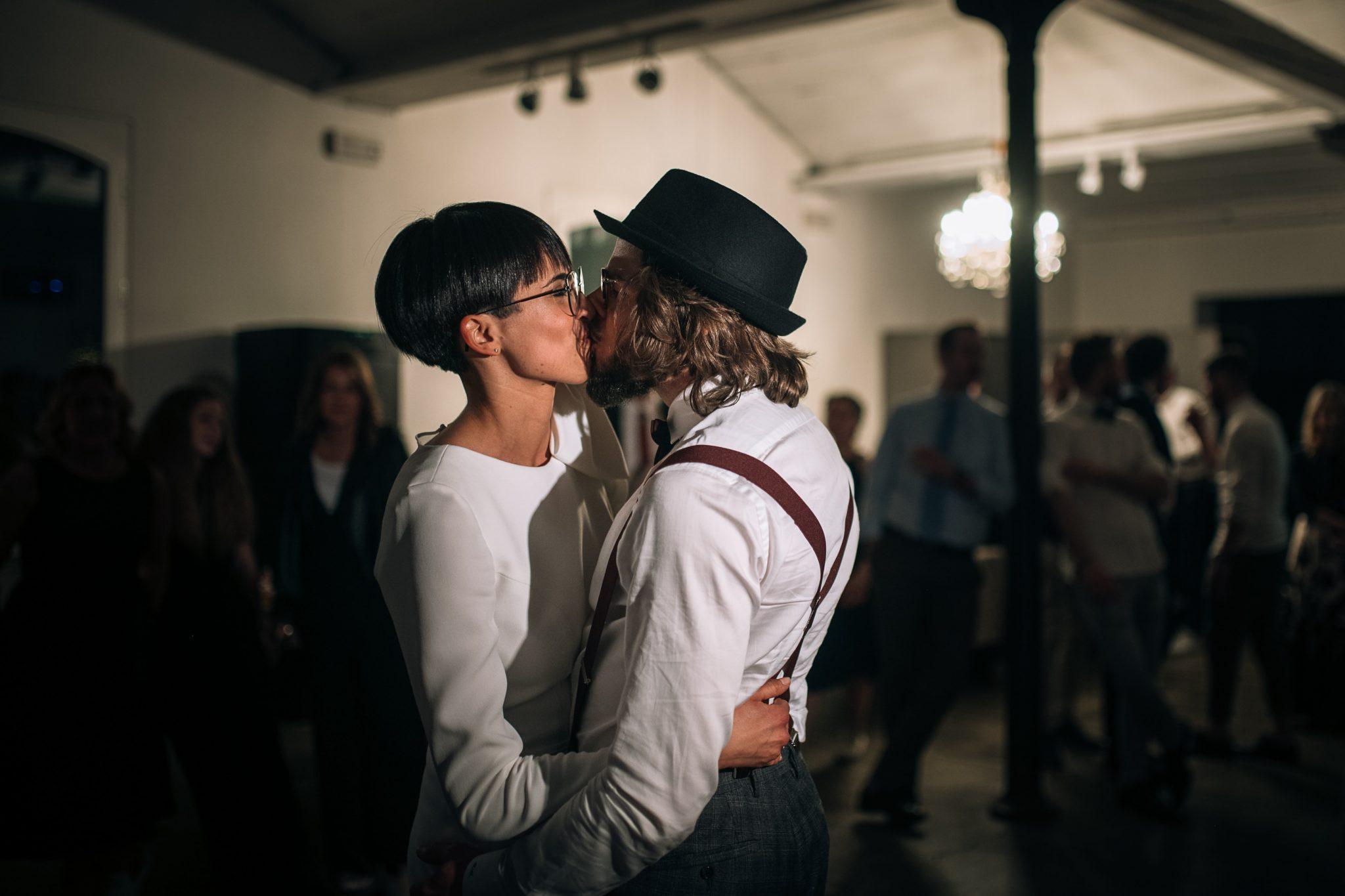 il bacio tra gli sposi nella pista da ballo in mezzo agli invitati