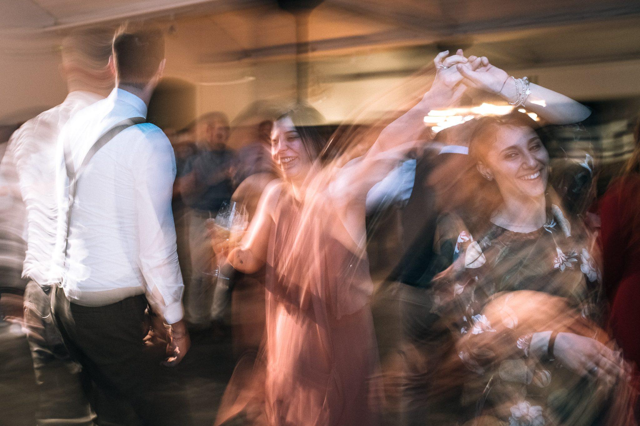 gli invitati mentre ballano